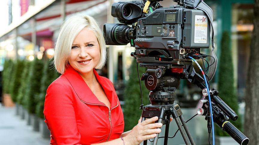 Moderatorin Elisabeth Engstler mit Kamera