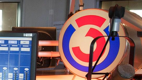 Das Logo des Hitradio Ö3 im Studio
