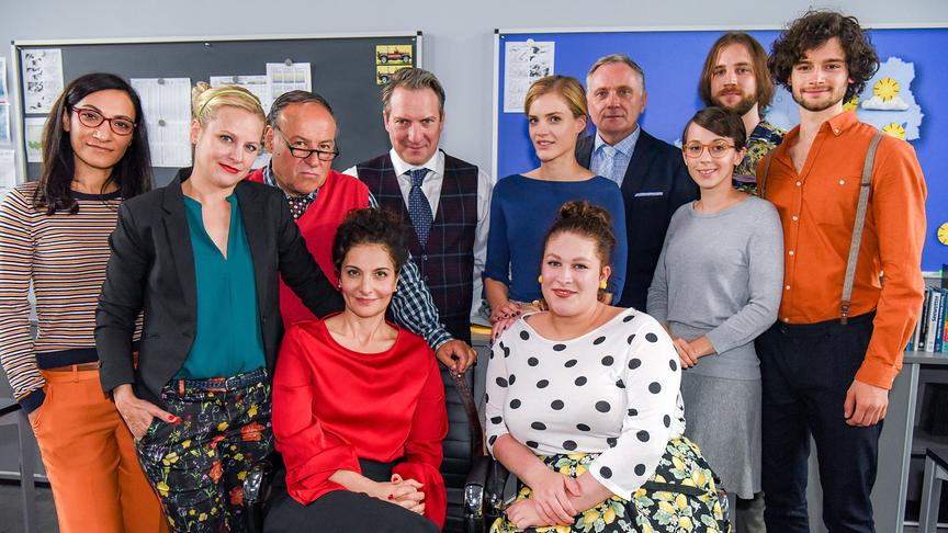 """Walking on Sunshine"": Alev Imak, Heidi Pfaffenbichler, CC Weinberger, Proschat Madani, Robert Palfrader, Miriam Fussenegger, Selina Graf, Bernhard Schir, Tanja Raunig, Georg Rauber, Aaron Karl"